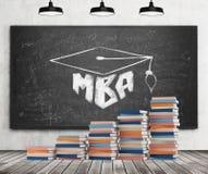 Een trede wordt gemaakt van kleurrijke boeken Een graduatiehoed wordt getrokken op het zwarte bord Mbaconcept Stock Fotografie