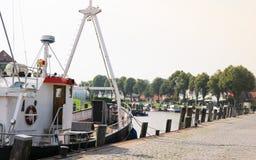 Een treiler is in de haven stock foto