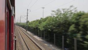 Een trein beweegt zich langs spoorwegsporen, xi ', shaanxi, China stock footage