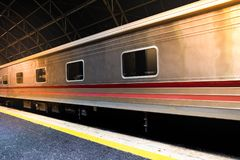 Een trein bij platform in het station royalty-vrije stock foto