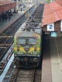 Een trein die bij het platform in Delhi, India ophouden Stock Foto's
