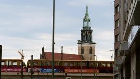 Een trein die een brug in Berlijn kruisen stock video