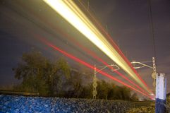 Een trein die door de camera overgaan stock afbeeldingen