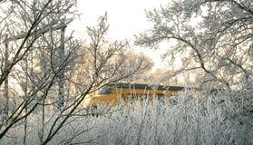 Een trein in een zonnig winters landschap Royalty-vrije Stock Fotografie