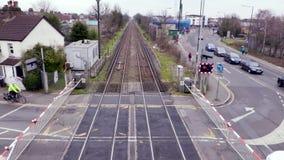 Een trein gaat een spoorwegovergang in Londen over stock footage