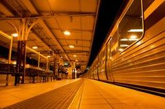 Een trein hield bij het platform, station op Stock Fotografie