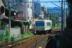 Een trein in een kleine stad van Kyoto royalty-vrije stock fotografie
