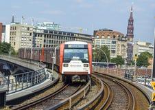 Een trein komt bij Baumwall-Post im Hamburg aan Royalty-vrije Stock Fotografie