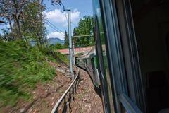 Een trein loopt op de sporen Royalty-vrije Stock Afbeelding