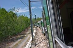Een trein loopt op de sporen Stock Fotografie