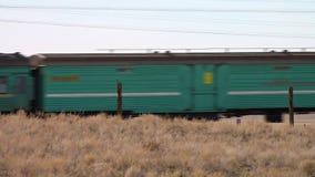 Een trein op een woestijn stock videobeelden