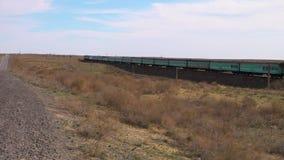 Een trein op een woestijn stock footage