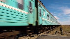 Een trein op een woestijn stock video