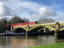 Een trein over de brug van Richmond stock fotografie