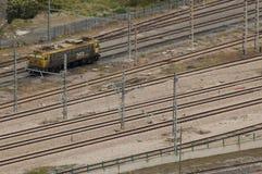 Een treinmachine op spoorlijnen stock foto's