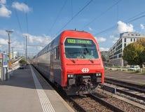 Een treinrubriek aan Zürich die aan het station aankomen Stock Foto's