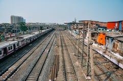 Een treinspoor langs de Dharavi-krottenwijk in Mumbai, India stock fotografie