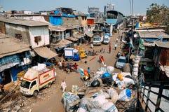 Een treinspoor langs de Dharavi-krottenwijk in Mumbai, India royalty-vrije stock afbeelding