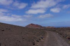 Een trekkingsroute met vulkanische kegels Stock Afbeeldingen