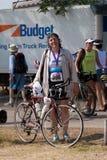 Een triathlete en haar fiets na een ras Stock Foto's
