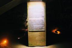 Een tribune met een beschrijving van het hol in het Engels en Turks binnen Damlatas-Hol Alanya, Turkije royalty-vrije stock foto's