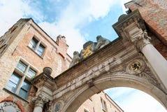 Een triomfantelijke boog in Brugge, België, wijdde aan slachtoffers van Wereldoorlog I Neoclassic architectuurstijl royalty-vrije stock fotografie