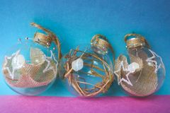Een triree van de ballen van het kleine ronde Nieuwjaar van glas transparante uitstekende eigengemaakte elegante hipster decorati royalty-vrije stock afbeelding