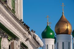 Een troep van duiven zit in de koude in de winter op het venster naast de gouden koepels van de kerk royalty-vrije stock foto's