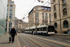 Een trolleybus drijft onderaan de straat Stock Foto's