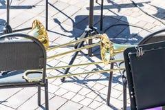Een trombone op een stoel royalty-vrije stock foto's