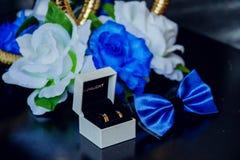 Een trouwring in een juwelendoos met rozen Royalty-vrije Stock Fotografie