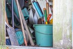 Een tuin met alle hulpmiddelen van de tuinman wordt afgeworpen die royalty-vrije stock foto's