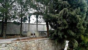 Een tuin met een gazebo voor het ontspannen en het lopen Royalty-vrije Stock Foto's