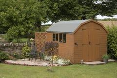 Een tuinloods en een klein terras Royalty-vrije Stock Afbeelding