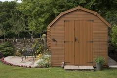 Een tuinloods en een klein terras Royalty-vrije Stock Foto