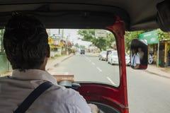 Een tuk tuk bestuurder op de weg Royalty-vrije Stock Foto's
