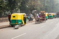 Een tuk tuk wacht op passagiers terwijl lokaal omzet in India stock foto