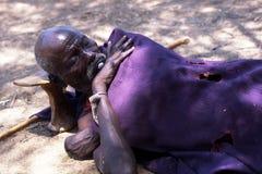 Een Turkana herdersslaap royalty-vrije stock afbeelding