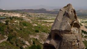 Een Turks dorp met rotsvormingen, platteland en bergachtig terrein stock video