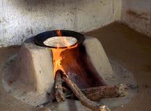 Een typisch die hout stak oven in brand wordt gebruikt om voedsel in landelijk India te koken stock foto