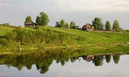 Een typisch dorp op een rivier in Noordelijk Rusland Royalty-vrije Stock Foto's