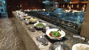Een typische buffetvertoning in een luxueus restaurant stock afbeelding