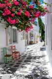 Een typische cycladic steeg bij het dorp van Parikia, Paros-eiland stock foto's