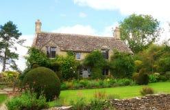 Een typische Engelse tuin van het land in Cotswolds stock afbeeldingen