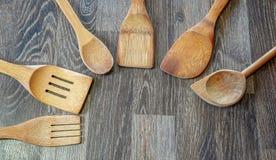 Een typische houten die lepel is een werktuig algemeen in prepar voedsel wordt gebruikt royalty-vrije stock afbeelding