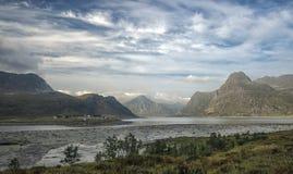 Een typische Noorse die fjord, bij Bø in de Lofoten-archipel wordt gevestigd royalty-vrije stock fotografie