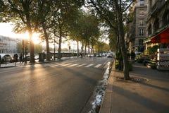 Een typische Parijse straat, de Herfstkade van de Zegen, zonsondergang, gang, royalty-vrije stock afbeelding