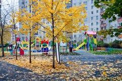 Een typische Russische werf in een gewone buurt, Zhukovsky, het gebied van Moskou, Rusland, Europa royalty-vrije stock foto's