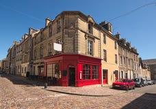 Een typische straathoek in de middeleeuwse stad de afdeling van van Bayeux, Calvados van Normandië, Frankrijk stock foto