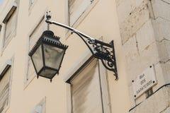 Een typische straatlantaarn in het centrum van Lissabon, Portugal De lamp is gebroken stock fotografie